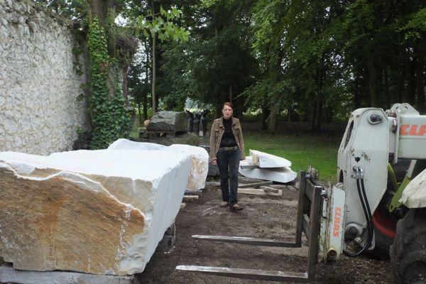 One happy scultore, Mel Fraser, contemporary stone sculpture